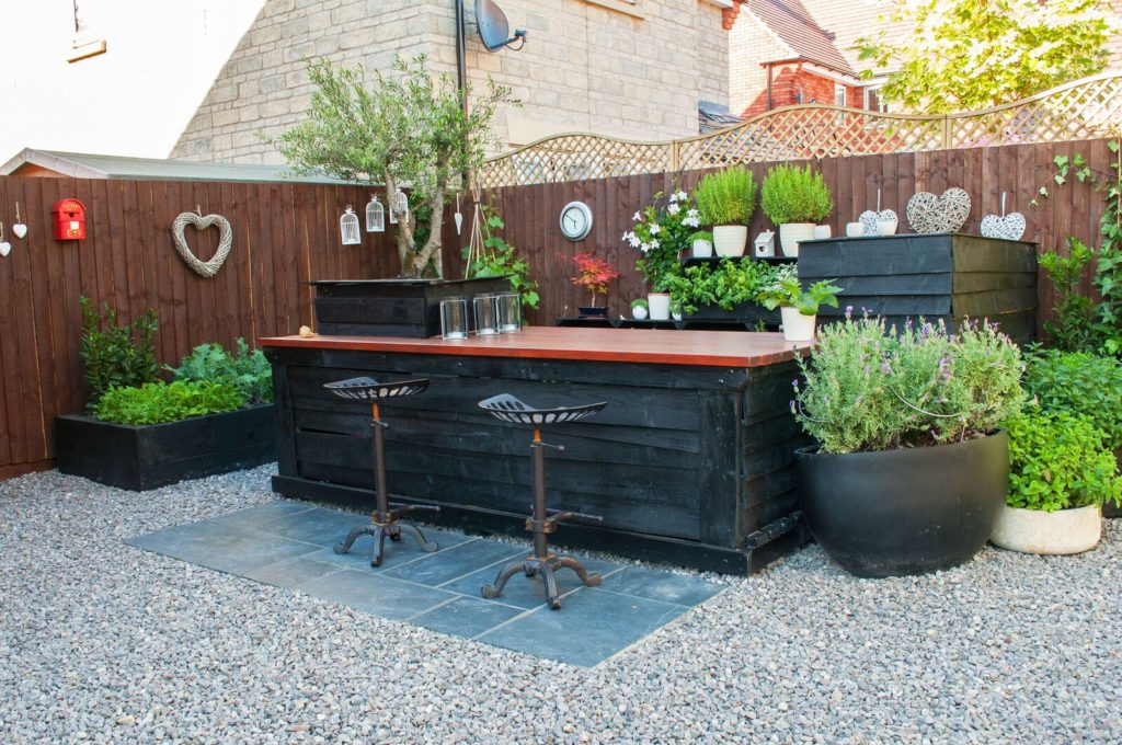 innovative-small-garden-with-outside-bar