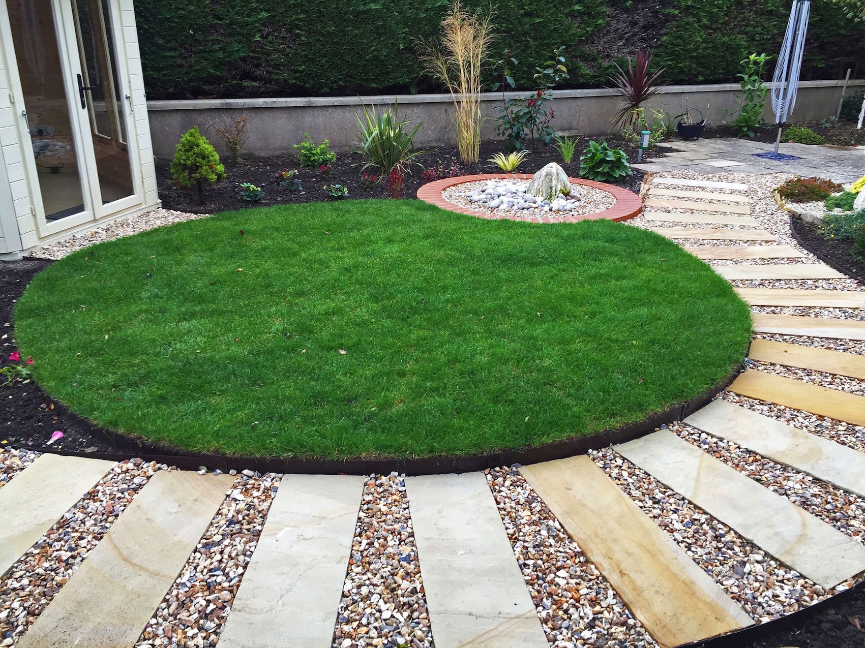 paved-garden-pathway-with-gravell